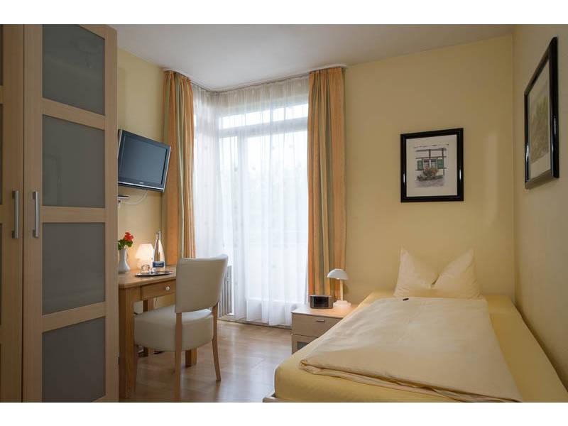 Hotelzimmer Mit Dusche Im Zimmer : im Zimmer, Sitzgelegenheit, TV im Zimmer, Telefon, WC, Weckeinrichtung
